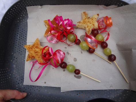 Een ster van cake op een prikker met druiven! Een prachtige toverstaf.