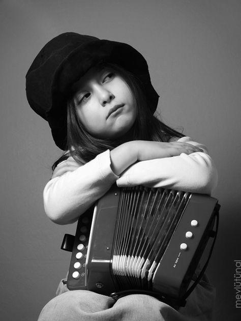 La Petite Accordéoniste (Minik Akordiyonist / Little Accordionist) by eskitenekekutu.deviantart.com on @deviantART