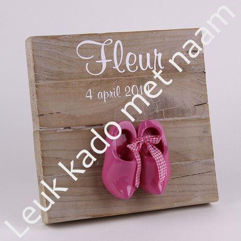 Vierkant persoonlijk geboortebord van gebruikt steigerhout met roze klompjes