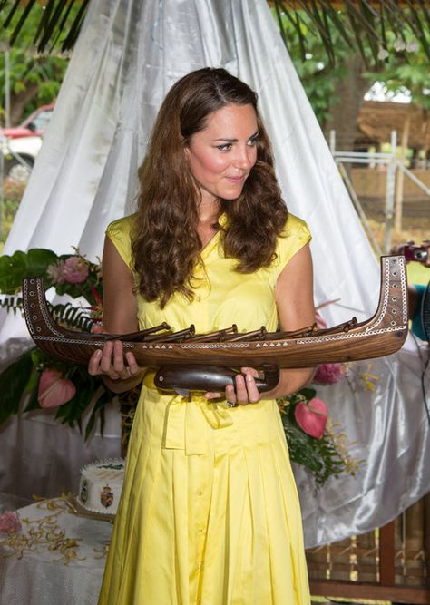Day 7 Diamond Jubilee Tour: Kate Middleton received a canoe as a gift in Solomon Islands. - 17 Sept 2012