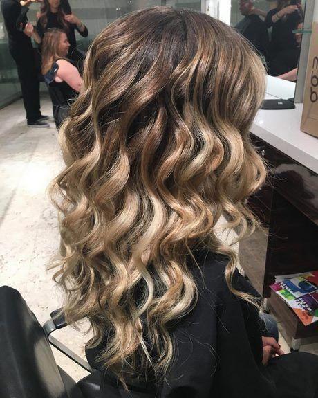 Haarlocken Fur Abschlussball Beautytime In 2020 Long Curly Hair Hair Styles Homecoming Hairstyles