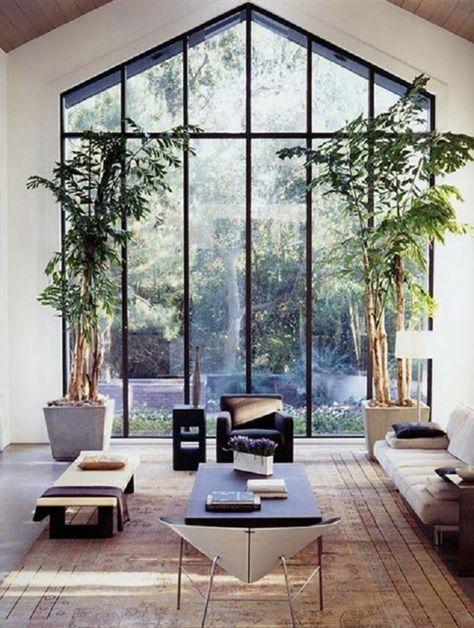 Vertikaler Garten -esszimmer-pendelleuchten-esstisch-stuehle-holz