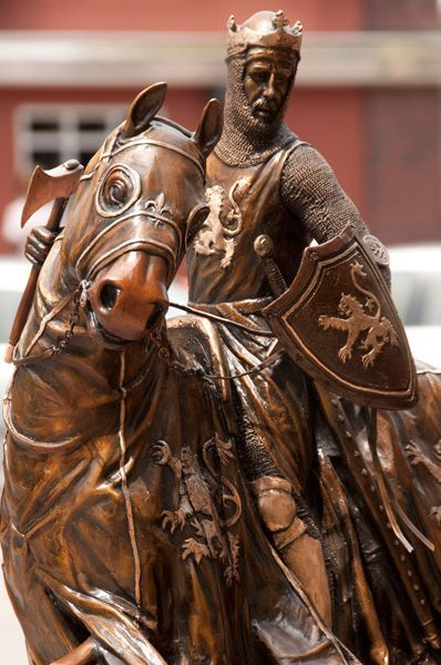 Robert the Bruce. After the demise of William Wallace, the bannner of Scottish resistance was taken up by Robert the Bruce, who lead his countrymen to victory and freedom from English domination at the Battle of Bannockburn in 1314.
