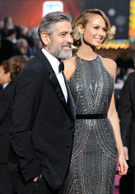 George Clooney -aquí con su novia, Stacy Keibler- sorprendió con una barba blanca y tupida, casi al estilo prócer, en la alfombra roja de los premios Oscar.