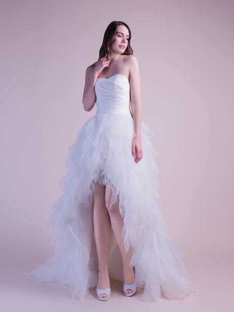 Robe de mariée asymétrique avec un bustier en satin drapé et une jupe en mouchoirs de tulle