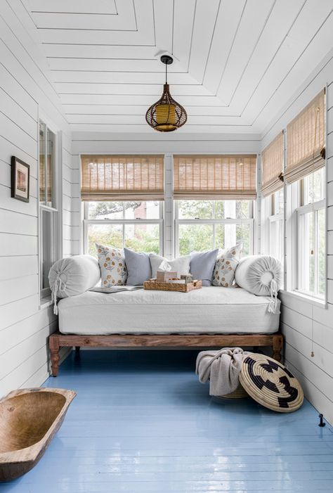 Home Interior Cuadros Beach Style Sun Room and Front Porch.Home Interior Cuadros Beach Style Sun Room and Front Porch Beach Cottage Style, Beach House Decor, Home Decor, Lake Cottage, Coastal Cottage, Coastal Style, Coastal Living, Cottage Porch, Modern Cottage Style