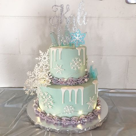 Don't forget to swipe ❄️ swipe ❄️ swipe! Frozen themed cake with lights, cascading white chocolate snowflakes & sugar shards for Princess… Frozen Themed Birthday Cake, Frozen Theme Cake, Disney Frozen Cake, Frozen Themed Birthday Party, Disney Frozen Birthday, Themed Birthday Cakes, Frozen Themed Food, Princess Theme Cake, Elsa Birthday Cake