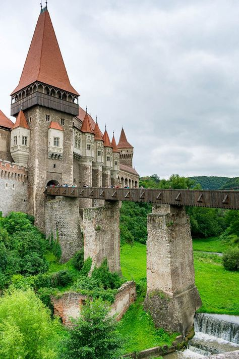 The 7 Best Romanian Castles in Transylvania Beautiful Castles, Beautiful Buildings, Beautiful Places, Chateau Medieval, Medieval Castle, Medieval Door, Romanian Castles, Chateau Moyen Age, Places To Travel