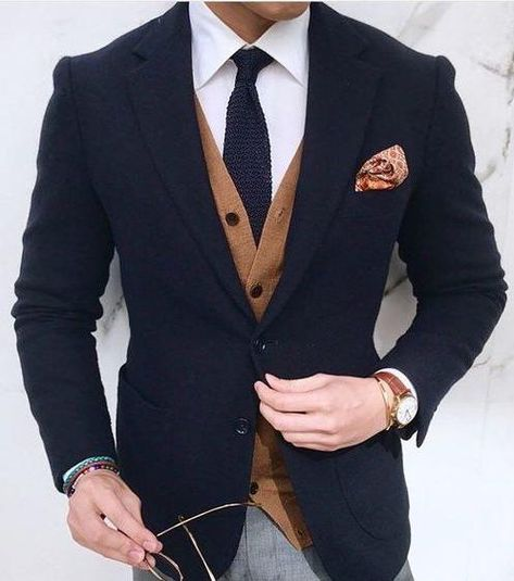 Fall layering inspiration with a navy blazer white shirt navy knit tie camel tan cardigan patterned silk pocket square brown leather band watch gray trousers Mens Fashion Suits, Mens Suits, Style Costume Homme, Mode Costume, Herren Outfit, Knit Tie, Fashion Mode, Style Fashion, Suit And Tie