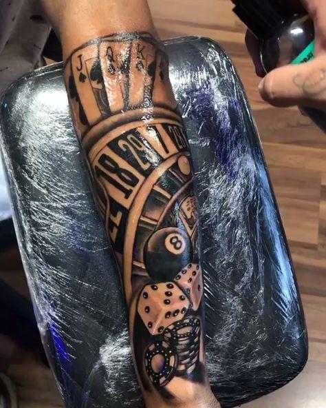 Tatuagem em preto e cinza com temática de cassino
