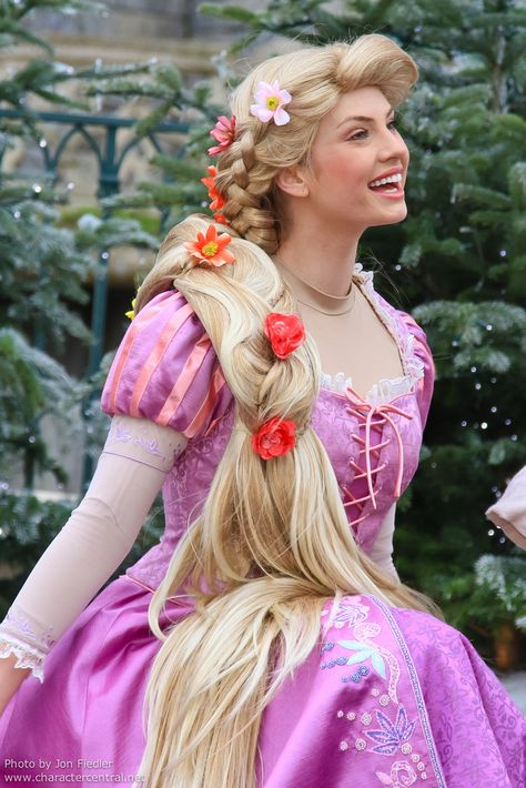 Rapunzel in Disneyland Paris...She looks so French and it's beautiful :3