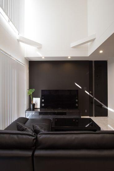 枠のないハイドアのメイン扉を採用 天井と高さを合わせ アクセントの