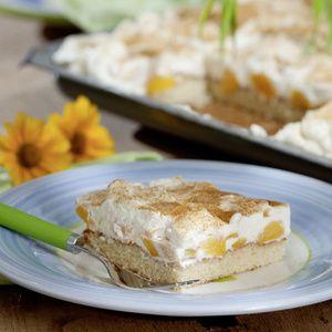 Eier, Zucker und 1 Päckchen Vanillinzucker verrühren. Öl und Fanta unterrühren. Mehl und Backpulver mischen und unterrühren. Teig auf ein Backblech...