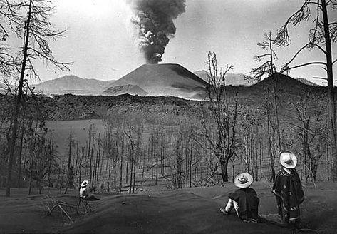 В Мексике, за 3 дня на поле вырос огромный вулкан (фото). Парикутин - самый молодой в мире вулкан, начало извержения. В 1943 году в Мексике произошло уникальное событие. Впервые, человечество смогло наблюдать, зарождение вулкана и его первое извержение. Всего 3 дня потребовалось вулкану Парикутин, чтобы достичь высоты в 44 метра. Самый молодой в мире вулкан, покрыл лавой огромную площадь вокруг себя, только одна церквушка, чудом устояла перед натиском раскаленной лавы.