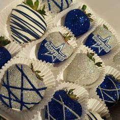 Dallas Cowboys chocolate covered strawberries with edible glitter! I'm going to try making these but different team! Dallas Cowboys Wedding, Dallas Cowboys Party, Dallas Cowboys Baby Shower Ideas, Cowboy Birthday, Cowboy Party, Hubby Birthday, Chocolate Dipped Strawberries, Chocolate Covered Strawberries, Cowboy Baby Shower