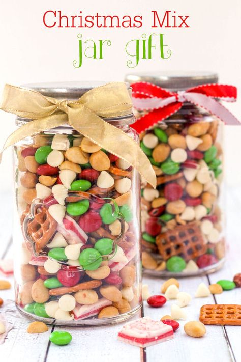Christmas Snack Mix Delicious Christmas Snack Mix - perfect for parties! M&M's, pretzels, andes peppermints, white chocolate chips, and peanuts make this a hit! Christmas Snack Mix, Mason Jar Christmas Gifts, Holiday Snacks, Christmas Party Food, Christmas Sweets, Christmas Goodies, Holiday Recipes, Christmas Ideas, Christmas Treats For Gifts