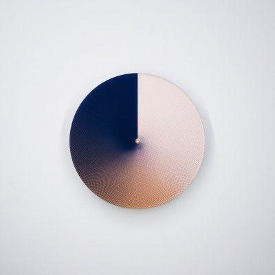 Daan Spanjers est un designer dont le studio est basé à Eindhoven aux Pays-Bas. Oeuvrant entre le design produit et la communication digitale, Daan tente à travers ses projets de créer des connections entre le monde physique et digital.  Atmosphère est une horloge qui donne le temps avec des couleurs. Elle retranscrit l'imprévisibilité des couleurs qui apparaissent et disparaissent tout au long de la journée. En encadrant les spectres de couleurs, l'horloge traite des qualités…