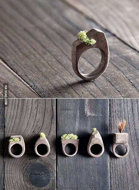 Idée et inspiration Bijoux : ImageDescription'Wear Nature,' commands Colorado's Mr. Lentz, and who am I to disobey? Multidisciplinary artist Evan Lentz embeds his wooden rings with preserved moss, so they're safe for black thumbs, too.