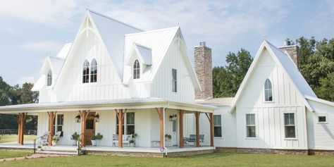 Well isn't this the most perfectly designed farmhouse? I think this ones got me speechless! You can see more of this home in the… Victorian Farmhouse, Modern Farmhouse Exterior, Industrial Farmhouse, Farmhouse Plans, Farmhouse Design, Farmhouse Front, Farmhouse Decor, Restoration House, American Farmhouse