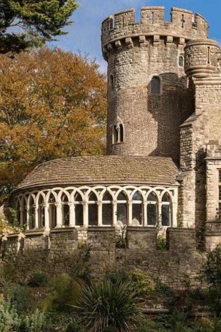 Beautiful Castles, Beautiful Buildings, Beautiful Places, Ancient Buildings, Old Buildings, Casa Retro, Palaces, Castles In England, Villa