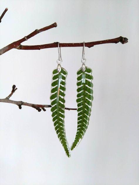 Diy Resin Crafts, Craft Stick Crafts, Custom Jewelry, Handmade Jewelry, Ideias Diy, Resin Flowers, Green Earrings, Paper Beads, Resin Art