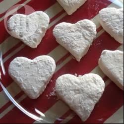 Selbstgemachte Marshmallows kann man beliebig ausstechen, zum Beispiel in Herzform für den Valentinstag oder einen romantischen Abend @ de.allrecipes.com