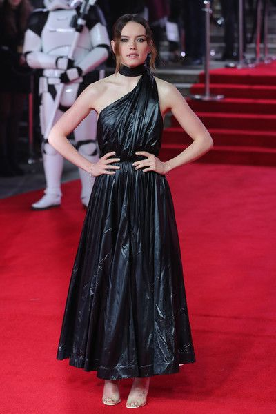 Daisy Ridley Photos - British actress Daisy Ridley poses on the red carpet for the European Premiere of Star Wars: The Last Jedi at the Royal Albert Hall in London on December 12, 2017. / AFP PHOTO / Daniel LEAL-OLIVAS - 'Star Wars: The Last Jedi' European Premiere - VIP Arrivals