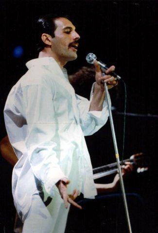 2h Freddie Mercury On Stage Th Freddie Mercury Queen Freddie Mercury Mercury
