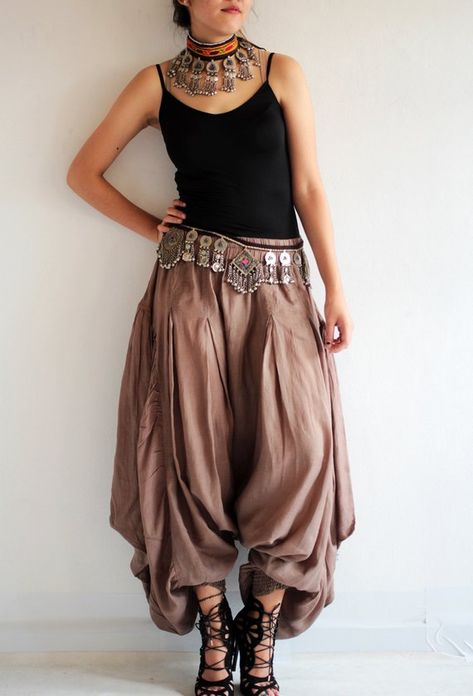 Hippie pants / funky pants / wide pants Available in size M,L Source by clothes design Hippie Hose, Hippie Pants, Boho Pants, Harem Pants Outfit, Genie Pants Outfit, Hippie Skirts, Dress Pants, Boho Fashion, Fashion Dresses