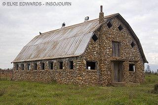 Celeiro de pedras, perdido na imensa pradaria americana. Old Buildings, Abandoned Buildings, Abandoned Places, Farm Barn, Old Farm, Country Barns, Country Roads, Country Life, Country Living
