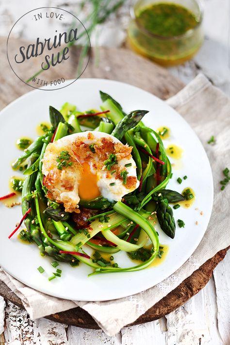 Grüner Spargelsalat, pochiertes Ei und Schnittlauchvinaigrette