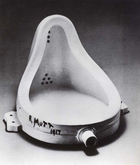"""A fonte de Duchamp (1917). """"Quando Marcel Duchamp desloca objetos de seus contextos cotidianos e os coloca no contexto da galeria e do museu, conforme a proposta do readymade, é a esfera da arte da tradição ocidental que se encontra em questão, investida como é de um caráter sagrado e dotado de valor de culto."""" Leia mais em: http://incinerrante.com/arte-e-profanacao/"""