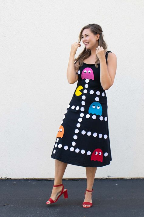 DIY No-Sew Pac-Man Costume for Halloween // Get ready for Halloween in style with this easy no-sew Halloween costume inspired by the arcade game Pac-Man! Use felt and fabric glue to make a unique Halloween costume that will be the hit of the party!