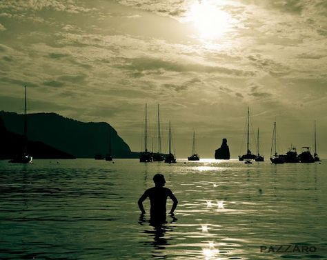 Esta bahía protegida es un popular punto de amarre para barcos y yates que desean admirar las impresionantes puestas de sol acompañadas con frecuencia por sonidos de tambores. Esta reunión de tambores es una experiencia única de Ibiza.  Si no lo has vivido, a que esperas?