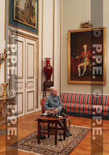 """Ce matin la reine Margrethe, accompagnée de son mari et du couple héritier ainsi que du prince Christian, a inauguré l'exposition """"Un règne de 40 ans"""" au musée du château de Frederiksborg !   A cette occasion un nouveau portrait officiel de la reine a été dévoilé ! Il représente la reine avec son héritier et l'héritier de l'héritier...beau portrait ! Margrethe a dévoilé le tableau à l'aide du prince Christian"""