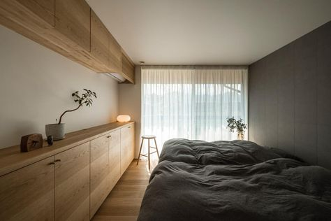 Kazuya Ikezoiさんはinstagramを利用しています 壁に色を入れて 少し落ち着く寝室になりました 高さをグッと抑えて 空調を造作家具で忍ばせました 白いカラーが少なめな内装の一例です ナラ オーク 無垢材 造作家具 突板 寝室 設計事務 コラボハウス