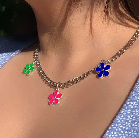 ✻ flower power necklace ✻ Major vibes perfect for layering definitely a must have in your jewelry collection! Cute Jewelry, Jewelry Accessories, 90s Jewelry, Jewelry Shop, Grunge Jewelry, Estilo Indie, Accesorios Casual, Aesthetic Indie, Indie Kids