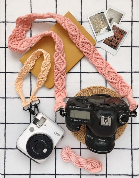 Simple Macrame Camera Strap Tutorial - A Beautiful Mess aufbewahrung garten kleidung kosmetik wohnen it yourself clothes it yourself home decor it yourself projects Crochet Camera, Cute Camera, Christmas Gifts To Make, Macrame Tutorial, Tutorial Crochet, Lanyard Tutorial, Macrame Design, Camera Straps, Crafts To Make And Sell