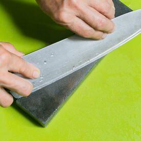 ステンレス包丁に合った砥石とは 研ぎ方や選び方をご紹介 暮らしの知識 オリーブオイルをひとまわし 砥石 ステンレス 家事