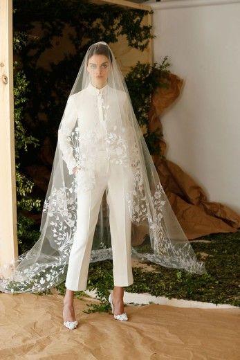 Carolina Herrera traz um modelo pras noivas modernas: terninho acompanhado de um véu bordado