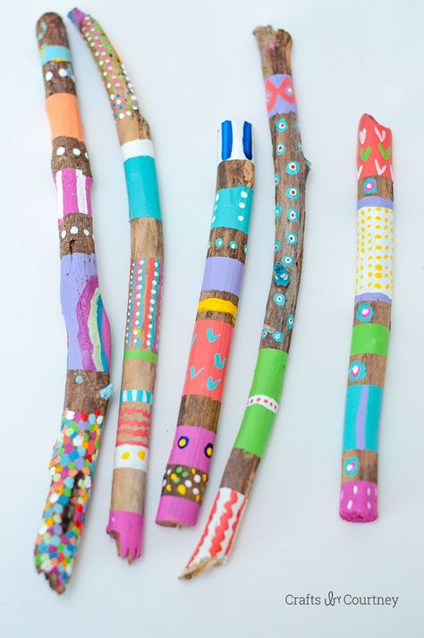Simple Painted Stick Nature Craft for kids So next time you go on a nature walk grab a TON on unique looking sticks for this simple kids diy nature craft! Fun Crafts For Kids, Summer Crafts, Craft Stick Crafts, Toddler Crafts, Diy For Kids, Craft Stick Projects, Preschool Art Projects, Craft Sticks, Fun Arts And Crafts