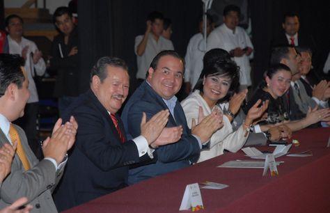Los resultados son muestra clara de que en Veracruz se están haciendo bien las cosas, aseguró el gobernador Javier Duarte de Ochoa al entregar los primeros títulos universitarios y los primeros certificados de bachillerato de la Universidad Popular Autónoma de Veracruz (UPAV).