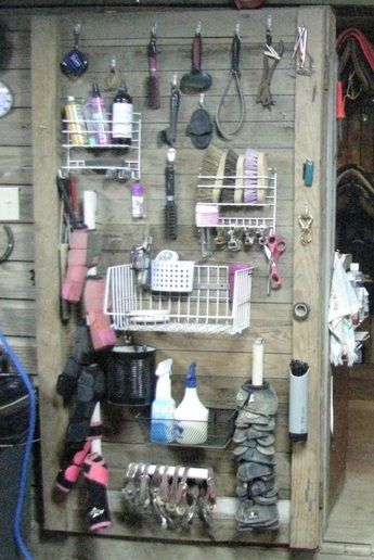 dog supplies organization diy Heres an easy amp; creative way to organize all those grooming supplies. Horse Trailer Organization, Tack Room Organization, Horse Stalls, Horse Barns, Tack Locker, Horse Tack Rooms, Pumba, Horse Barn Designs, Horse Barn Plans