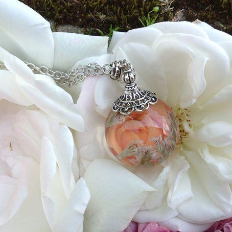 Pendentif bulle de résine, fleur séchée et rose en porcelaine froide. : Collier par beads-of-bliss-bijoux-en-resine