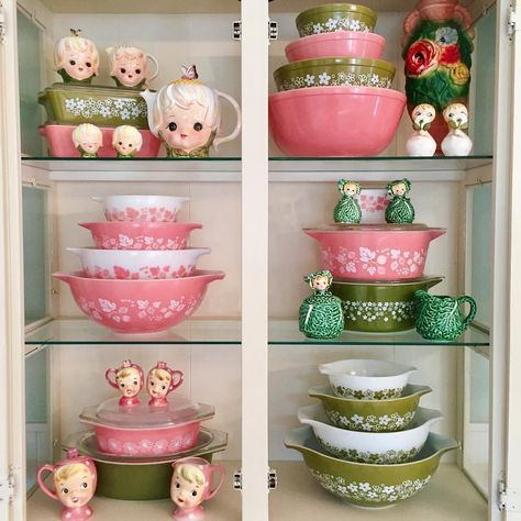 Pyrex … love the color combo! Pyrex Vintage, Vintage Kitchenware, Vintage Dishes, Vintage Glassware, Retro Kitchen Decor, Retro Home Decor, Vintage Decor, Pastel Kitchen, Plywood Furniture