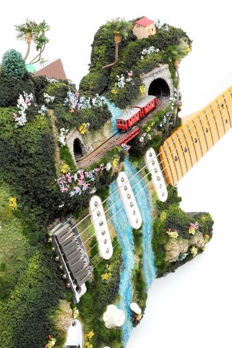 L'artiste japonais Akihiro Morohoshi a décidé après des années à construire des modèles réduits pour train miniatures de commencer à les installer dans des objets courants. Ses créations donnent vie des paysages imaginaires qui vivent sur des boites de Pringles, d'allumettes ou sur une guitare.