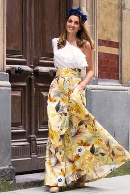 f61818b63 falda-larga-estampada-de-flores-en-tonos-mostaza-con-top -asimetrico-blanco-con-doble-volante-de-apparentia-collection-conjunto-de-invitadas-boda-fietsa-  ...