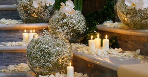 Sfere di velo da sposa, candele e petali...bellissimo