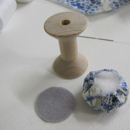 The Haby Goddess: How to make: Wooden Spool Pincushions Small Sewing Projects, Diy Craft Projects, Sewing Crafts, Craft Ideas, Wooden Spool Crafts, Wood Spool, Vintage Sewing Notions, Vintage Sewing Machines, Sewing Spaces