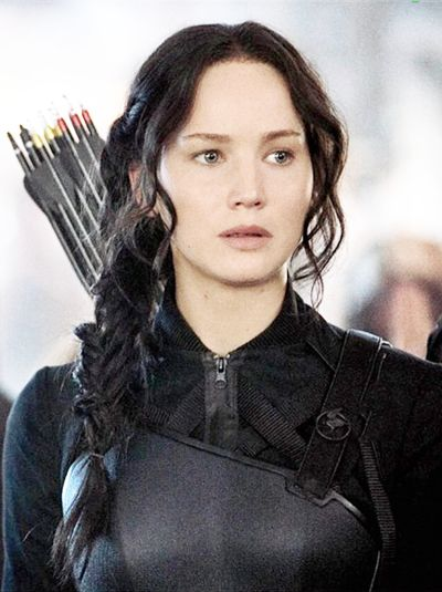Finally a katniss still! From entertainment weekly. Look at her black mockingjay pin!